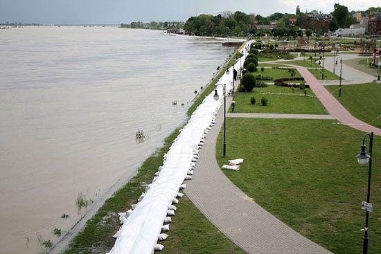 Centymetry dzieliły miasto od zalania - zdjęcia