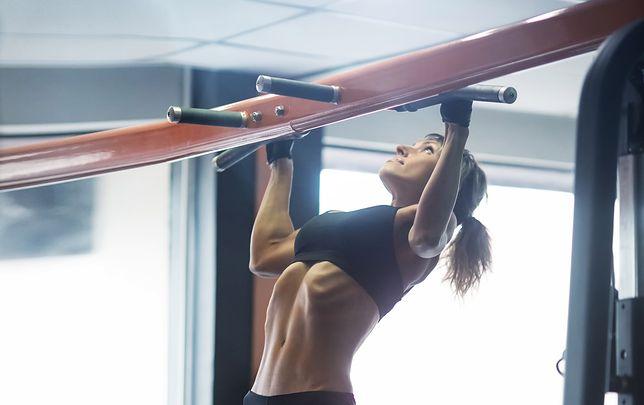 Podciąganie na drążku pozwala wyrzeźbić mięśnie ramion, pleców i brzucha