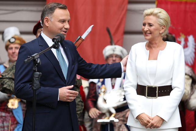 Andrzej Duda i Agata Duda przed II LO w Krakowie