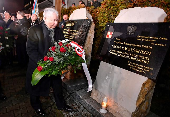 Jarosław Kaczyński przy pamiątkowych tablicach w Starachowicach