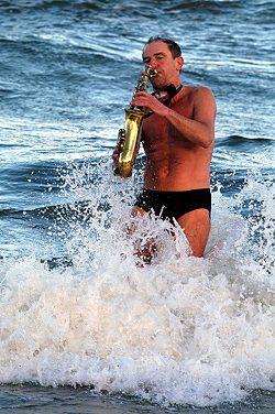 Morsy z Trójmiasta powitały Nowy Rok kąpielą w Bałtyku