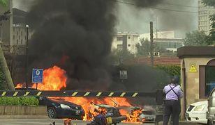 Samochody w ogniu i słup dymu - hotel Dustit w Nairobi został zaatakowany