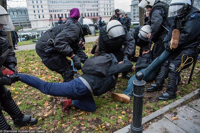 Policja użyła siły. Uczestnicy manifestacji przy trasie Marszu Niepodległości na komisariacie