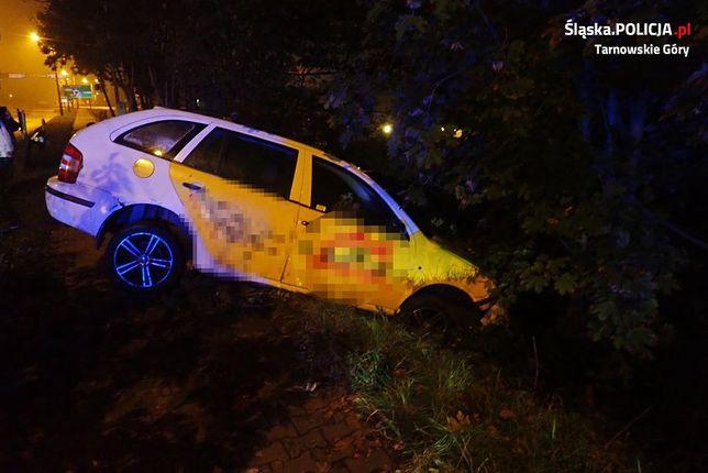 Pijany kierowca spadł ze skarpy, uderzając w drzewo.