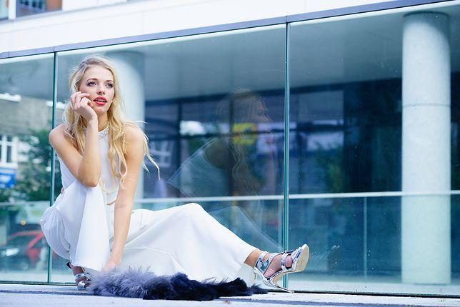 Białe spodnie świetnie nadają się do formalnych stylizacji