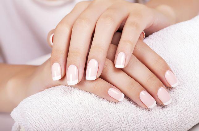 Piękne dłonie z klasycznym manicure francuskim