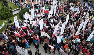 Protest nauczycieli przeciw reformie edukacji przed Urzędem Wojewódzkim w Poznaniu