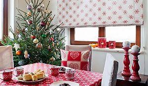Świąteczna dekoracja stołu pełnego bożonarodzeniowych ozdób