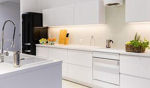 Oświetlenie podszafkowe można wykorzystać w małych i dużych kuchniach