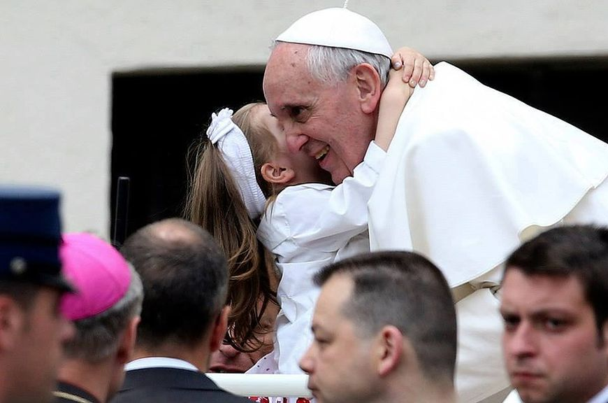 Papież przytula małą dziewczynkę