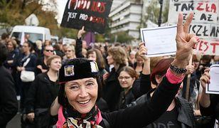 """Tysiące ludzi przed Sejmem: trwa protest przeciwko zakazowi aborcji. """"Żarty się skończyły"""""""