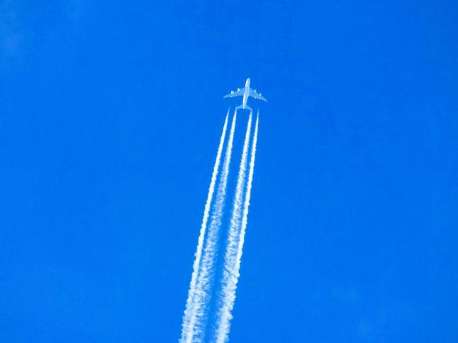 """Samolot i """"złowrogie"""" chmury kondensacyjne"""