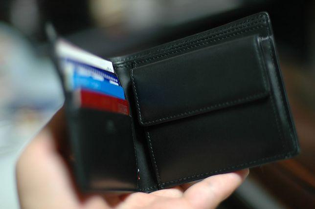 Kieszeń na bilon w męskim portfelu jest praktycznym rozwiązaniem - ważne, aby była niewielka