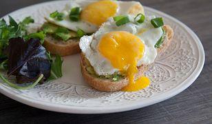 Tosty z jajkiem i awokado. Sposób na udany poranek