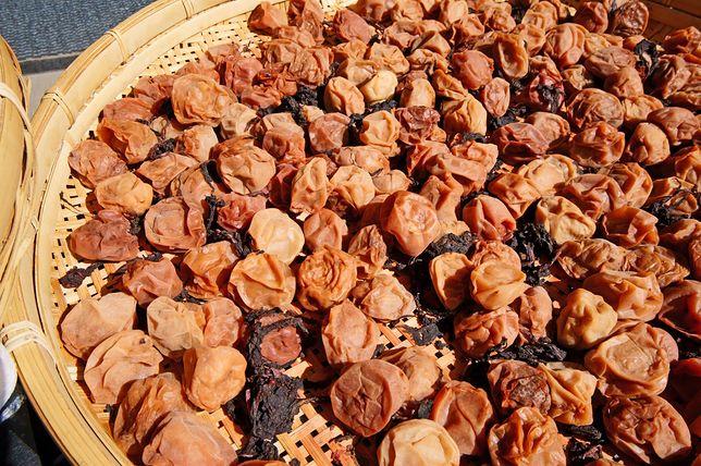 Coraz częściej można spotkać się z wegańskimi przepisami, w których umeboshi dodawane jest do zup, sosów i dań z makaronem.