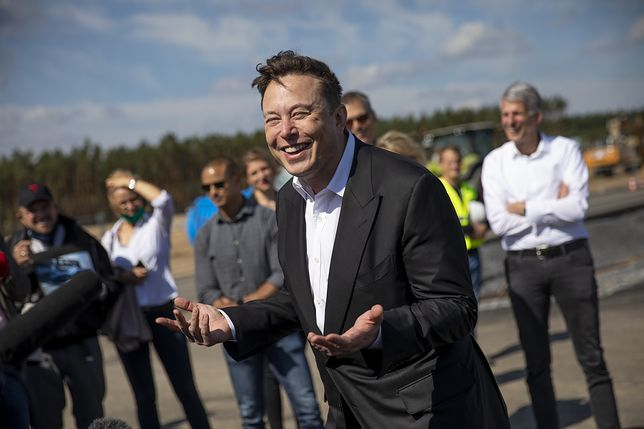 FUERSTENWALDE, GERMANY - SEPTEMBER 03: Tesla head Elon Musk talks to the press as he arrives to to have a look at the construction site of the new Tesla Gigafactory near Berlin on September 03, 2020 near Gruenheide, Germany. Musk is currently in Germany where he met with vaccine maker CureVac on Tuesday, with which Tesla has a cooperation to build devices for producing RNA vaccines, as well as German Economy Minister Peter Altmaier yesterday. (Photo by Maja Hitij/Getty Images)
