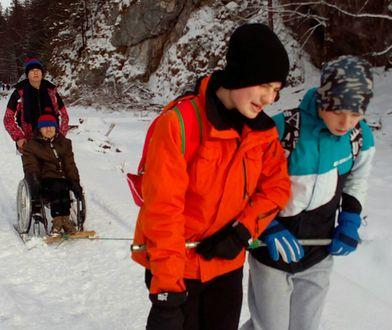 Uczniowie na zmiany wciągali niepełnosprawnego kolegę