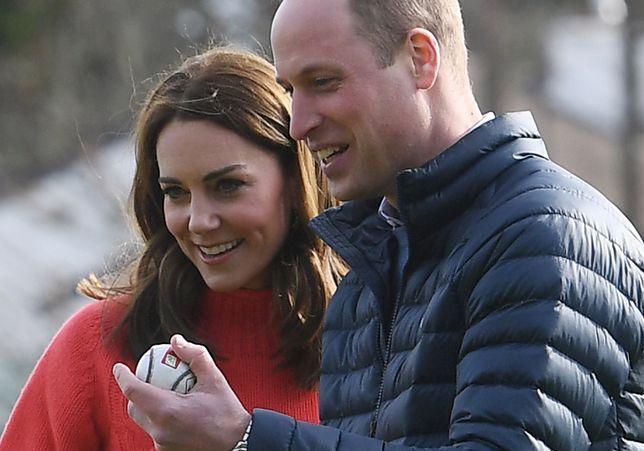Książę William i księżna Kate przytuleni, uśmiechnięci. Koniec z plotkami o kryzysie
