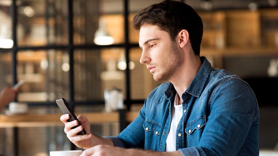 Mężczyzna ze smartfonem z depositphotos