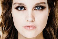 Pigment do powiek. Jak go używać do podkreślenia i rozświetlenia makijażu?