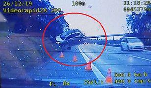 Dwa wypadki na A4. Dachowanie, zderzenie i auto w powietrzu. Nagranie z policyjnej kamery
