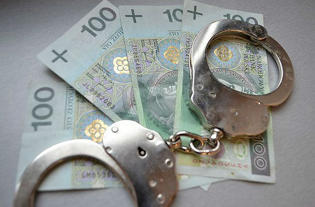 Policjant wyłudził pieniądze od przesłuchiwanej. Miał je przekazać do sądu