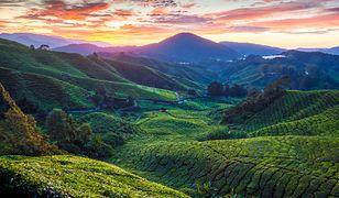 Słońce zachodzące nad lekko górzystym krajobrazem egzotycznej Malezji