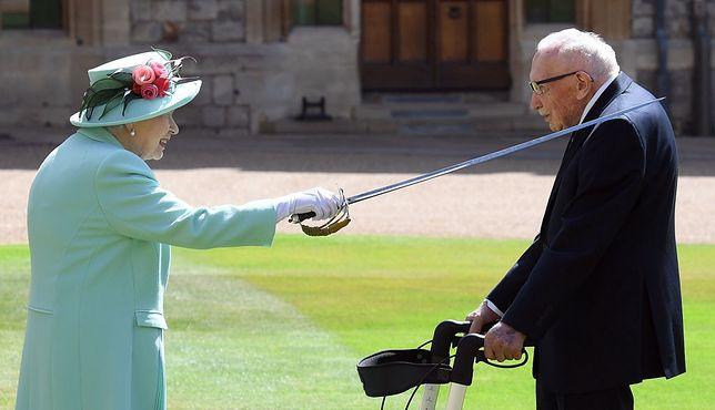 Elżbieta II nadała tytuł szlachecki weteranowi II wosjny śwyiatowej. Tom Moore zrobił coś nieprawdopodobnego