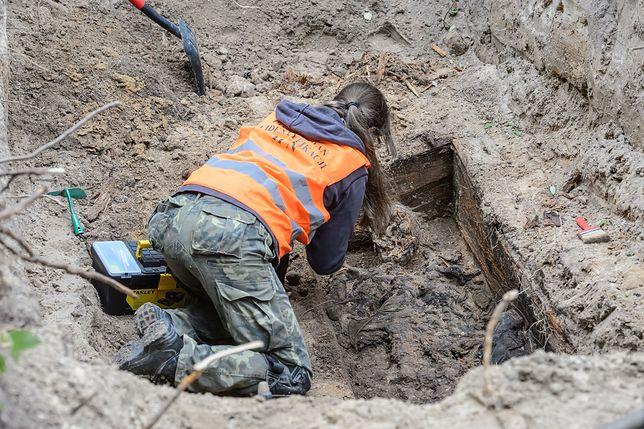 Prace ekshumacyjne przy miejscu pochówku żołnierza wyklętego Antoniego Dołęgi ps. Znicz, 13 bm. we wsi Popławy-Rogale. Dołęga ukrywał się w okolicy wsi Popławy-Rogale aż do lat 80.