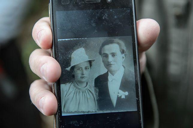 Reprodukcja zdjęcia, przedstawiającego Antoniego Dołęgę z żoną Stanisławą