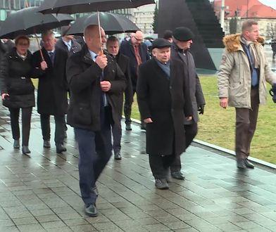 Jarosław Kaczyński przed pomnikiem brata. U jego boku m.in. premier i ministrowie