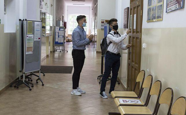 Uczniowie chętnie przychodzą do szkoły na konsultacje. Zdjęcie ilustracyjne