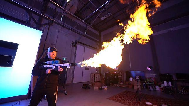 Elon Musk sprzedaje miotacze ognia. Klienci mają sporo kłopotów