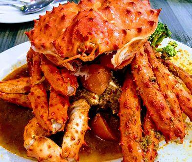 Z kraba zjada się mięso z nóg, szczypców i ogona