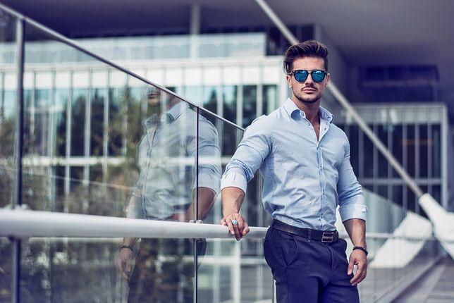 Błękitna koszula może być świetnym zamiennikiem białego modelu