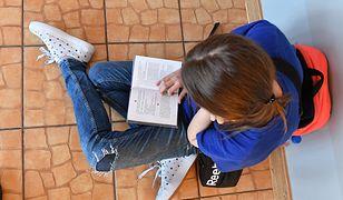 Uczniowie spędzają na odrabianiu lekcji kilka godzin dziennie