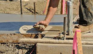 Trwałe fundamenty domu: pustaki, cegły czy bloczki fundamentowe?