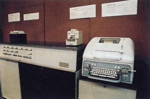 Odra 1003 - dalekopis i jednostka centralna.