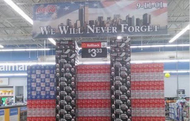 Dwie wieże ustawione z butelek Coca-Coli. Tak sklep obchodzi 15. rocznicę ataku na WTC