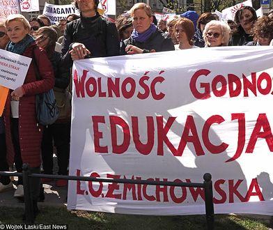 Protest nauczycielek pod budynkiem MEN w Warszawie