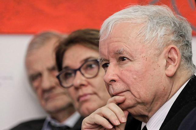Prezes Prawa i Sprawiedliwości Jarosław Kaczyński (z prawej) oraz wicemarszałkowie Sejmu - Beata Mazurek i Ryszard Terlecki.