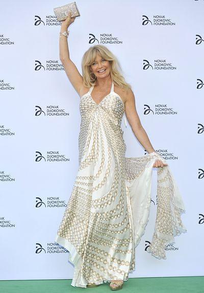 Goldie Hawn stroi minki na czerwonym dywanie