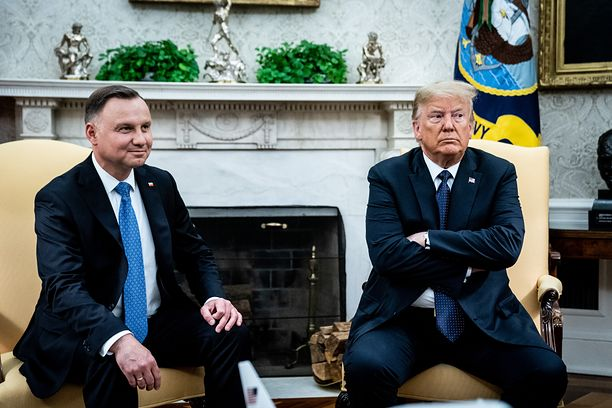 WASHINGTON, DC - JUNE 24: (L-R) Polish President Andrzej Duda meets with U.S. President Donald in the Oval Office of the White House on June 24, 2020 in Washington, DC. Duda, who faces a tight re-election contest in four days, is Trump's first world leader visit from overseas since the coronavirus pandemic began. (Photo by Erin Schaff-Pool/Getty Images)