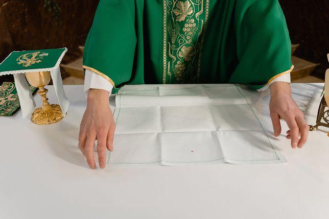 Ksiądz katolicki podczas sprawowania Eucharystii. Zdjęcie ilustracyjne