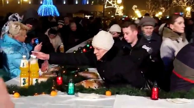 """Miejska Wigilia w Radomiu, gdzie """"chytra baba"""" zabiera ze stołu gazowany napój."""