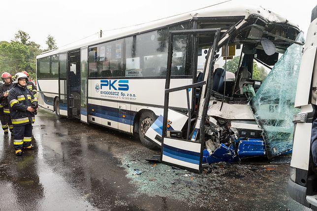 Kujawsko-pomorskie: autobus zderzył się czołowo z ciężarówką. Są ranni