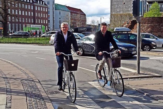 Jacek Jaśkowiak i Maciej Wudarski w trakcie rowerowej przejażdżki po Kopenhadze.