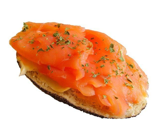 Większość łososia, którego spożywamy jest barwiona na różowo