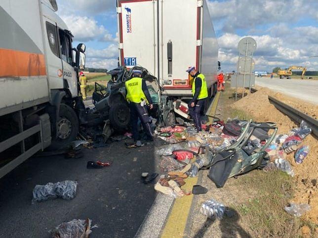Wypadek pod Piotrkowem Trybunalskim. Osobówka zmiażdżona przez tiry (Fot.: policja.gov.pl)