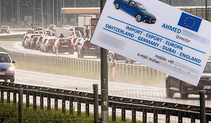 Oszuści przy autostradach udają obcokrajowców w potrzebie.
